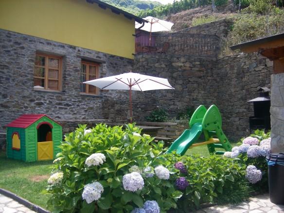 Jardín con parque infantil