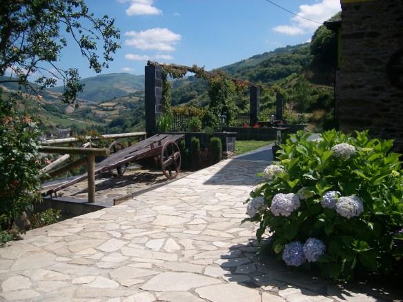 Jardín con vistas al valle del Luiña
