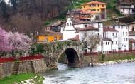 Puente romano y capilla de la Virgen del Carmen en Cangas del Narcea
